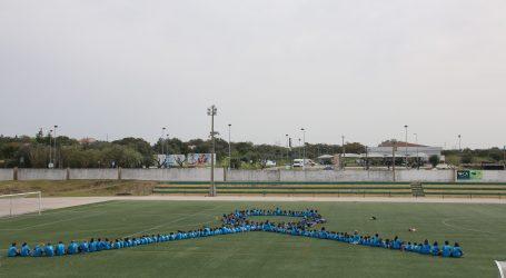 Crianças de Alcácer formam Laço Humano Azul para consciencializar sobre maus-tratos