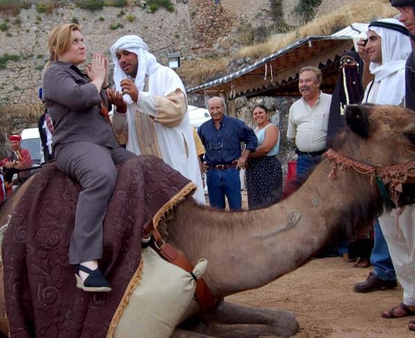 Foto: Drª Elsa Grilo, Vereadora do Município Elvense, prepara a sua primeira viagem de camelo